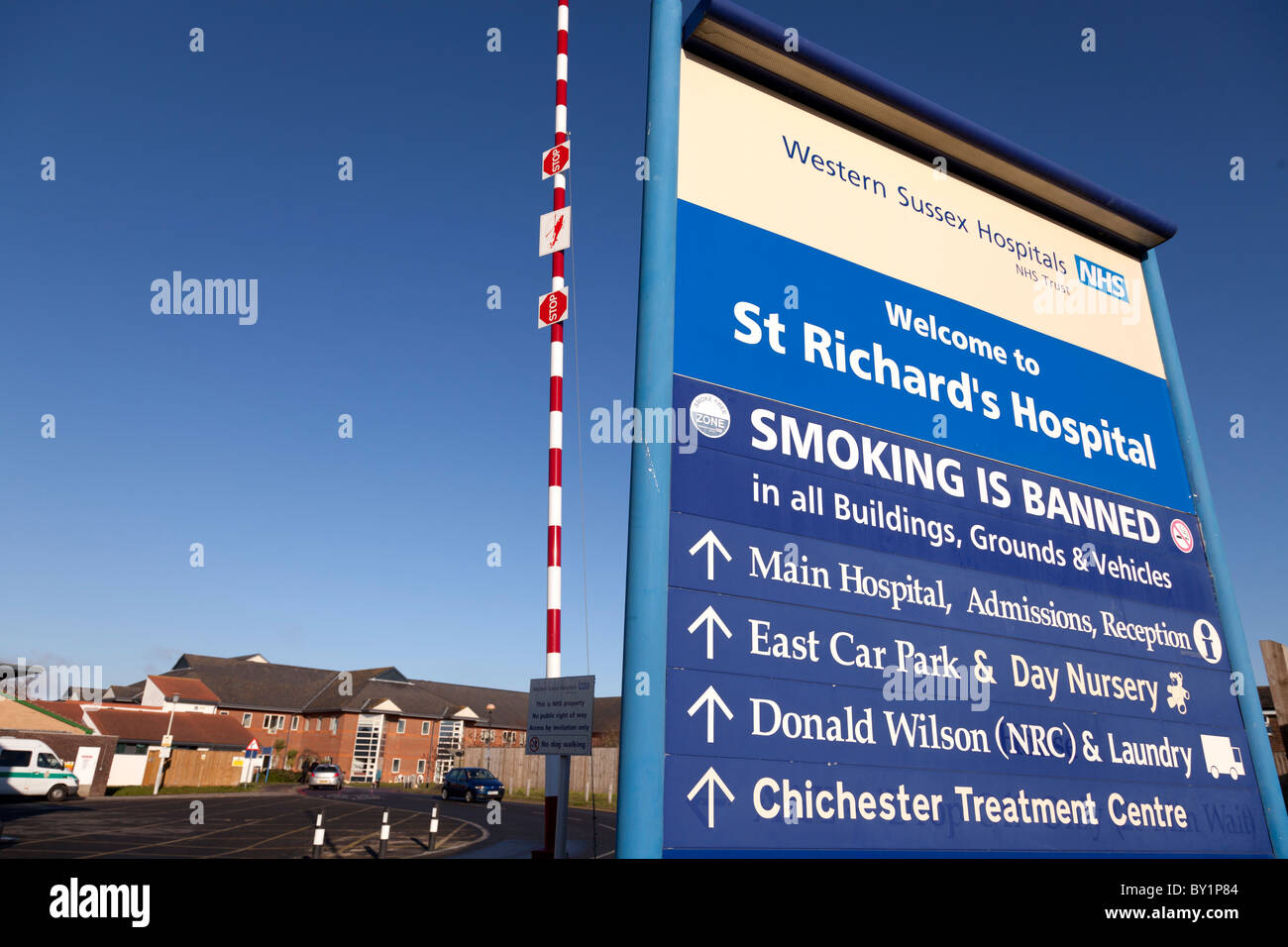 Wegweiser an Bord äußere des St Richards, Chichester Krankenhaus Stockbild