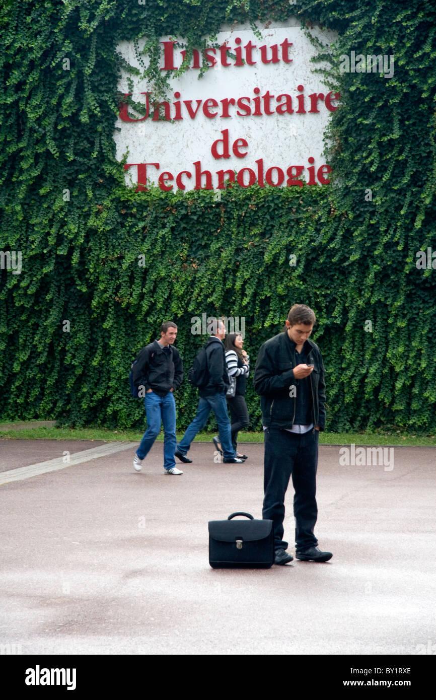 Schüler außerhalb der Paul-Verlaine Universität Technologie Gebäude in Metz, Frankreich. Stockbild