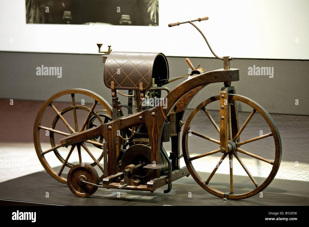 Deutschland, Bad Cannstatt, Gottlieb Daimler Gedenkstätte, Nachbau des ersten Reiten Auto, das weltweit erste Stockbild