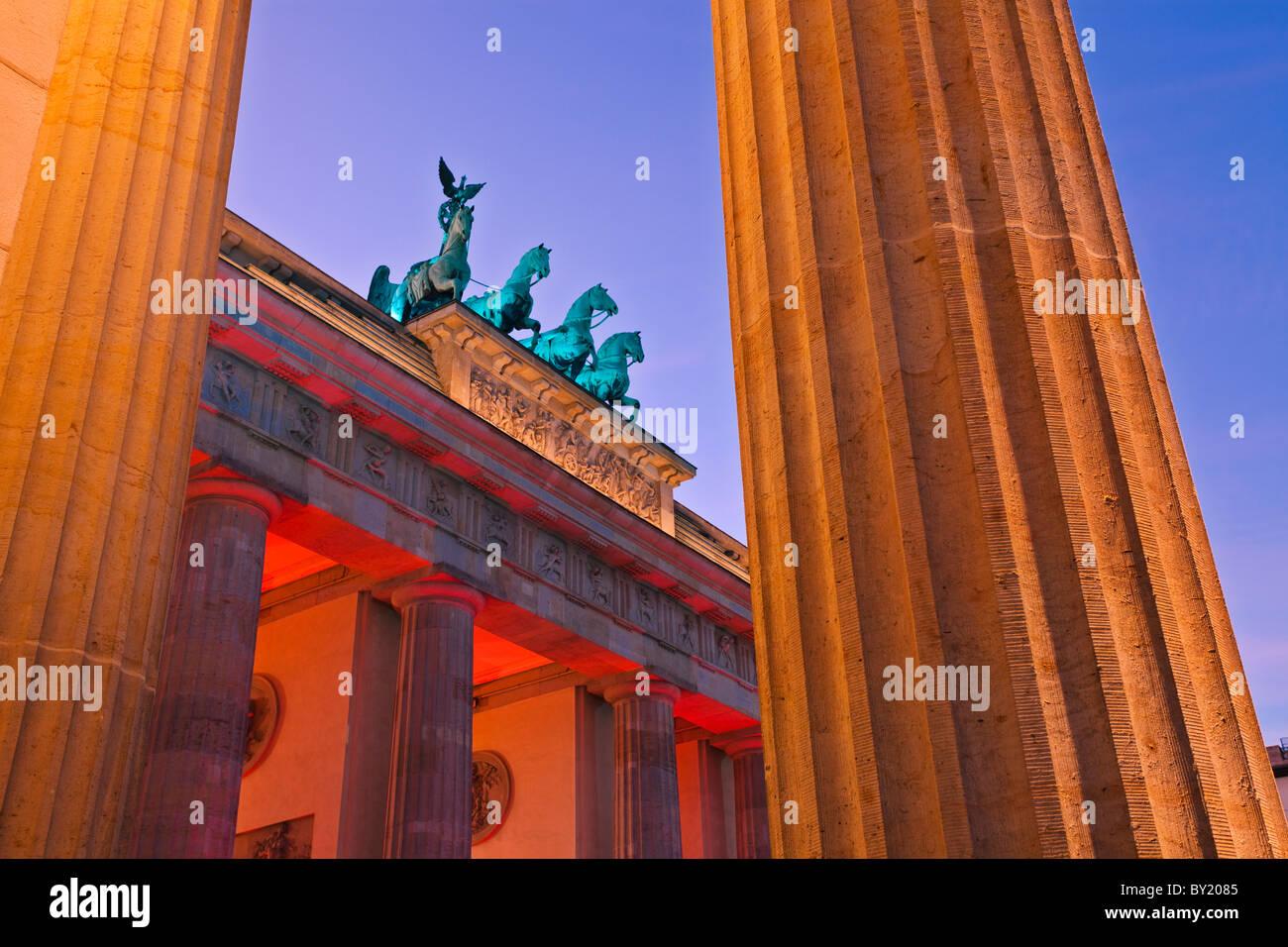 Deutschland, Berlin, Brandenburger Tor während des Festival of Lights Dämmerung beleuchtet Stockbild