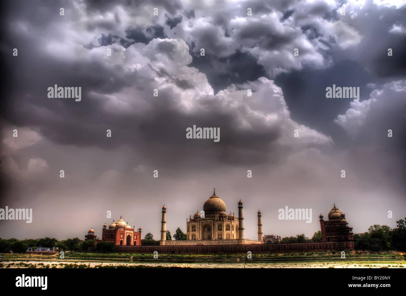 Einem aufziehenden Sturm über Taj Mahal Stockbild