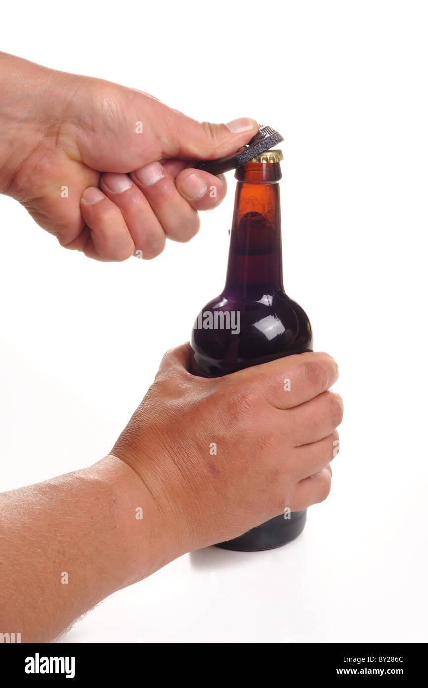 Hände, die eine Flasche Bier zu öffnen Stockbild