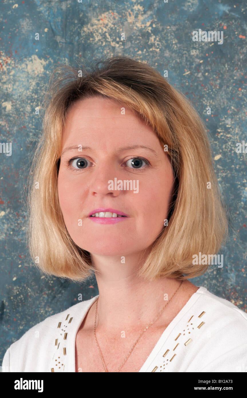 einzelne, weiße, kaukasischen, Weiblich, Mitte dreißig, 30er Jahre, lächeln lächelnd, glücklich, Stockbild