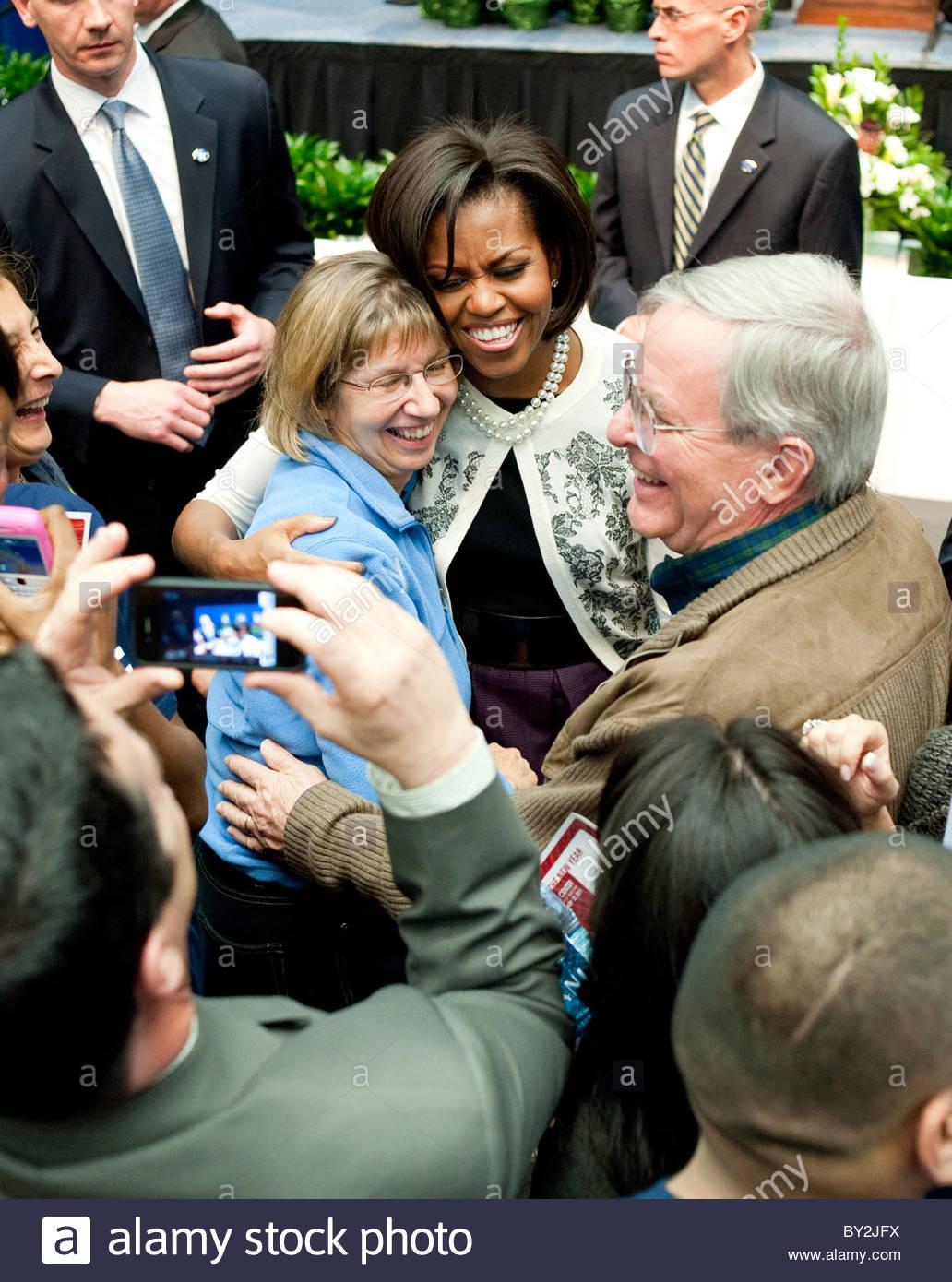 Michelle Obama gibt eine Umarmung zu schießen Überlebende Pam Simon, Rep Gabrielle Giffords Outreach-Koordinator, Stockbild