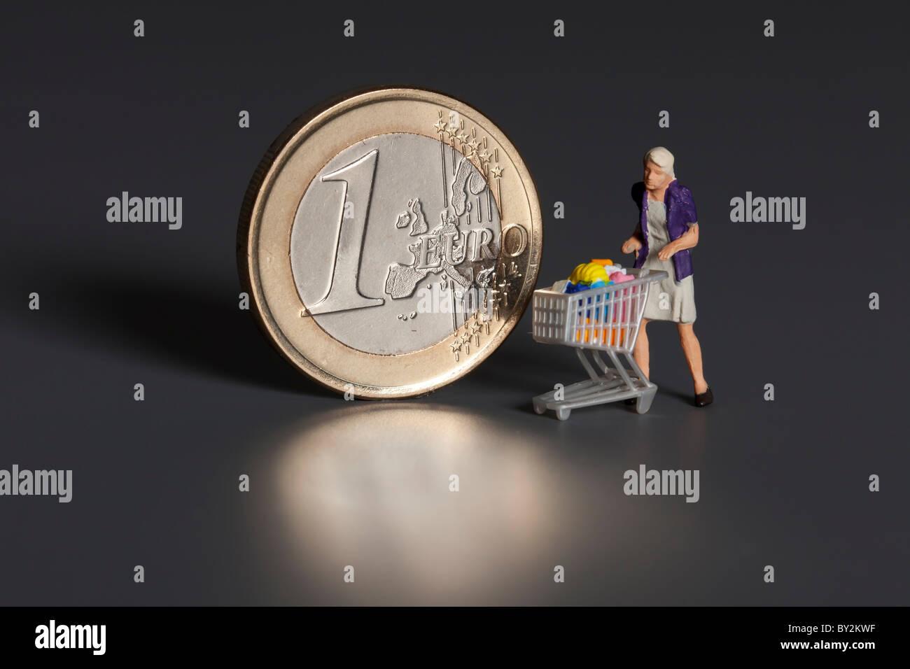 1 Euro Münze Mit Figuren Von Menschen Mit Rollwagen Stockfoto Bild
