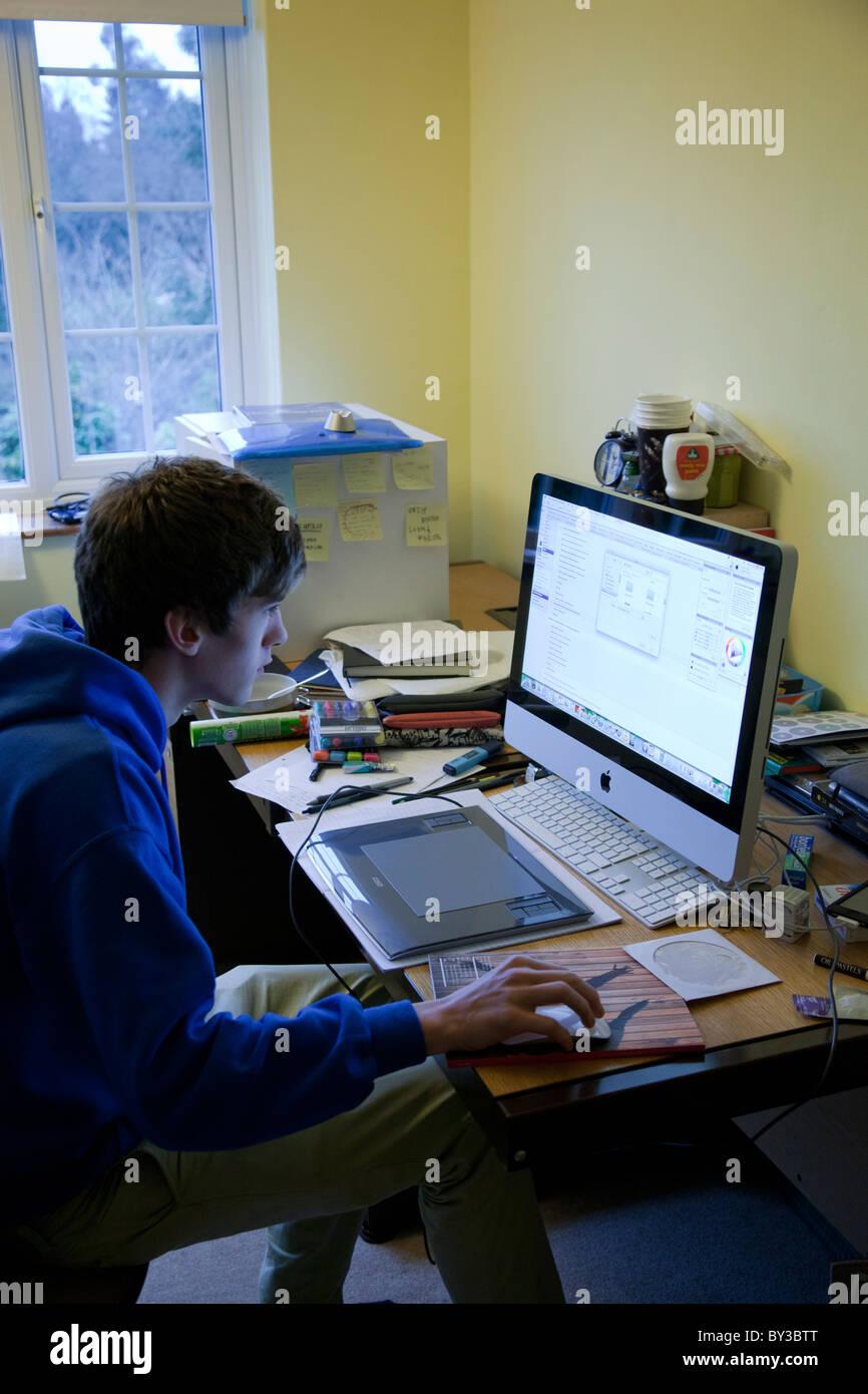 Schüler Arbeiten In Seinem Schlafzimmer Mit Einen Unordentlichen  Schreibtisch Und Einen Imac.