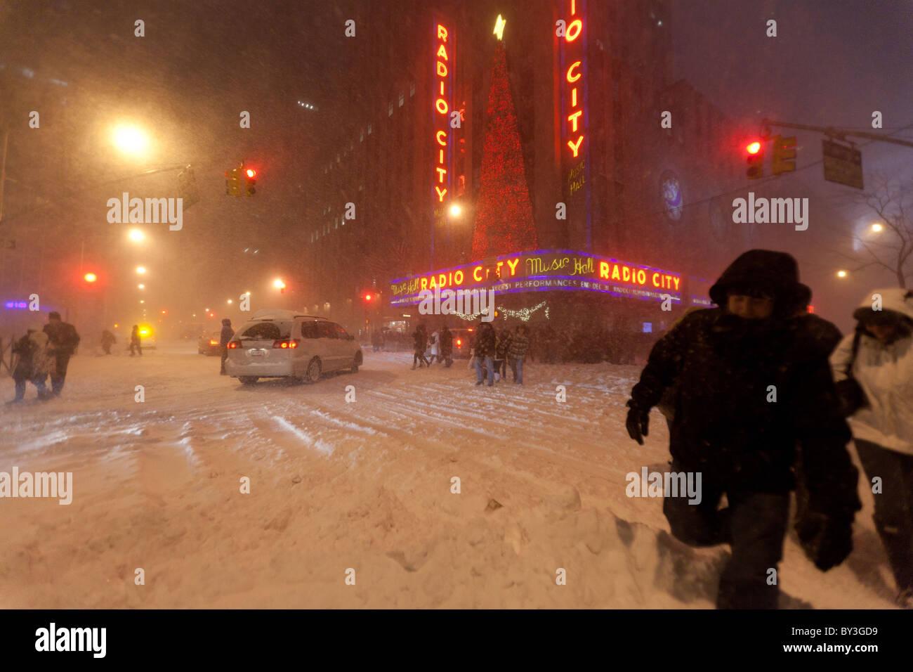 Menschen verlassen die Radio City Music Hall Weihnachts-Show in ...