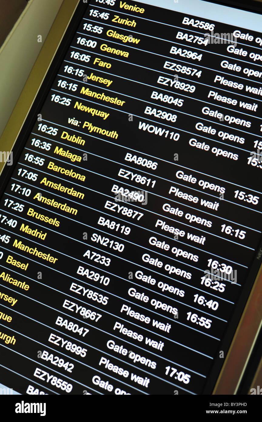 Flughafen elektronische an- und Abreise Informationstafel Stockbild
