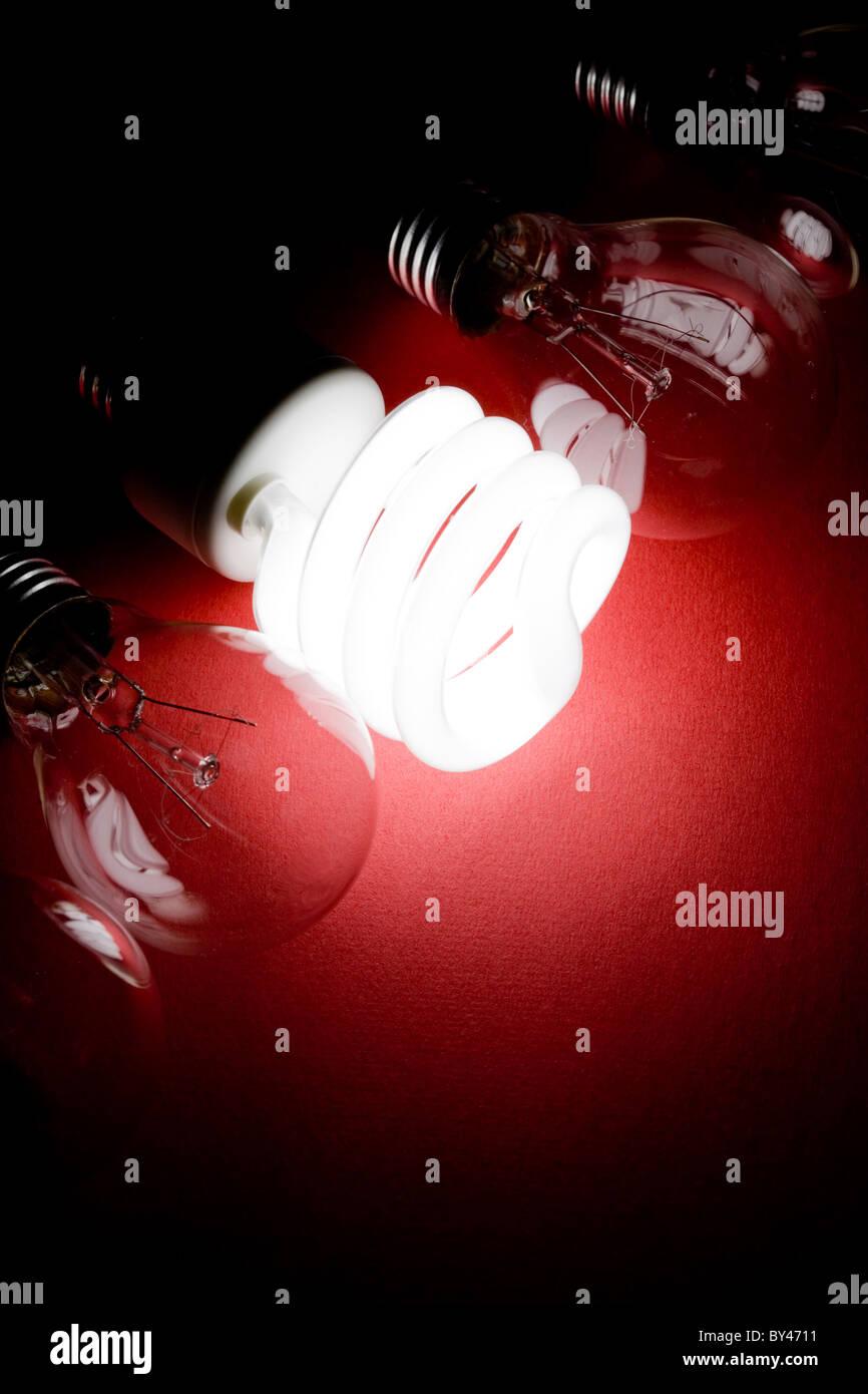 Kompakte Leuchtstoff Glühlampe und Wolfram-Glühlampe Stockbild