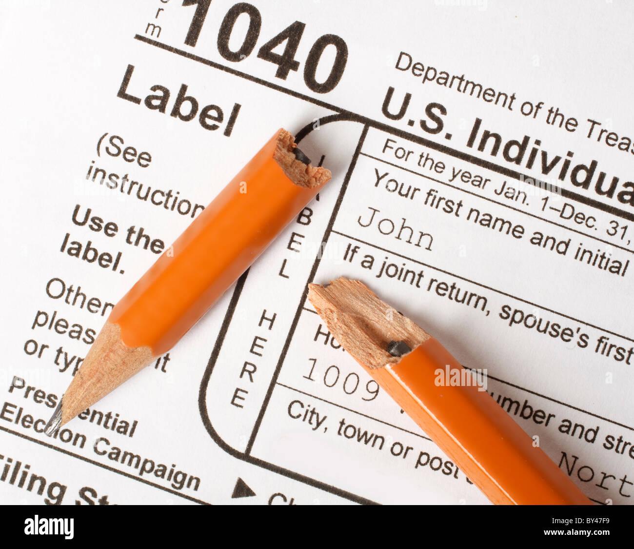 Gebrochene Bleistift auf ein Bund 1040 Steuerformular veranschaulicht das Konzept der Steuerzahler Frustration und Stockbild