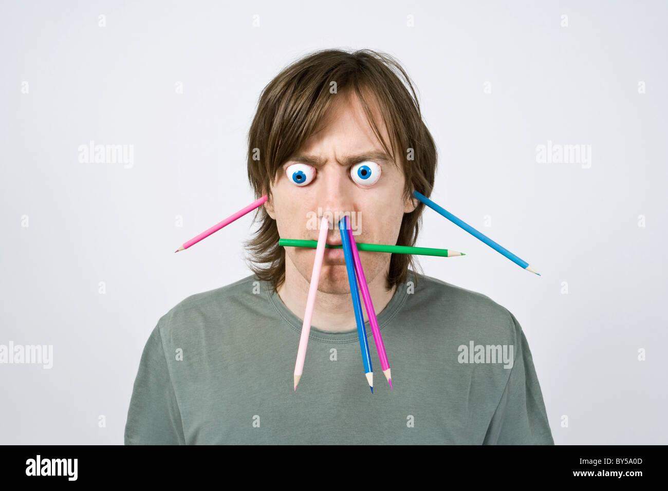 Bizarre Mann mit Bleistiften Stockbild