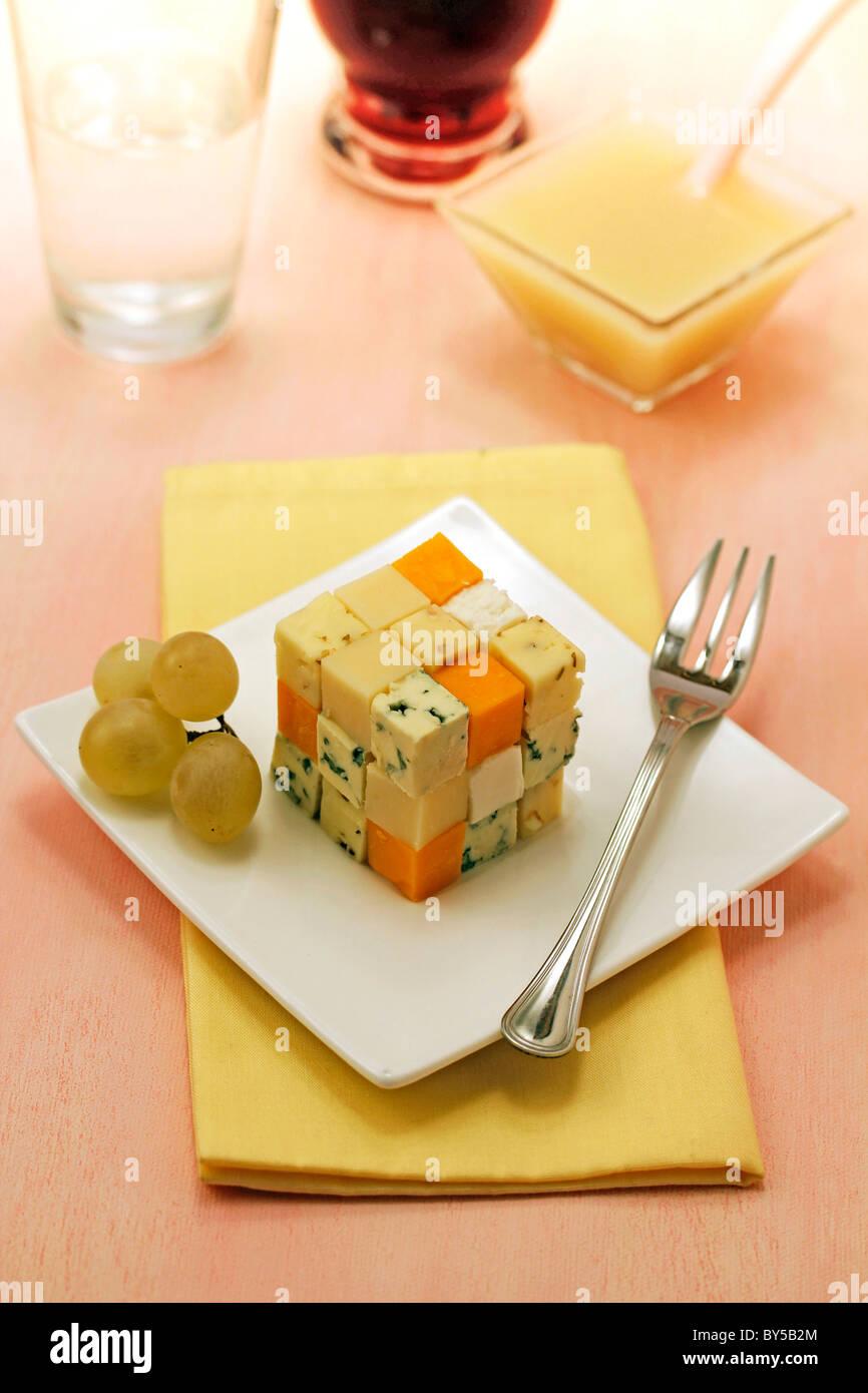 Käse-Würfel mit Trauben-Coulis. Rezept zur Verfügung. Stockbild