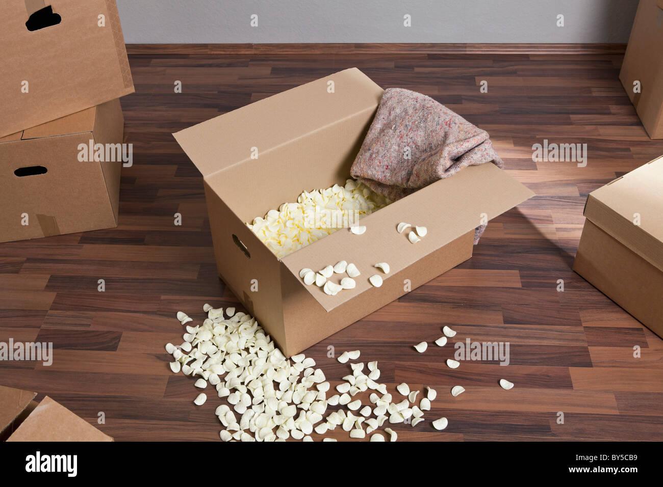 Umzugskartons, Verpackung, Erdnüsse und ein Drop-Tuch Stockbild