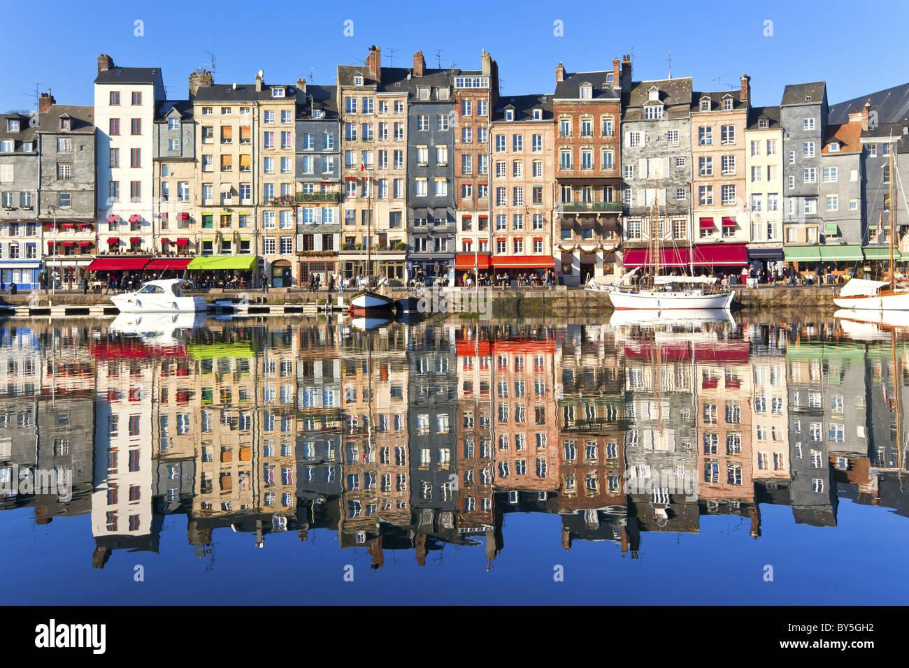 Hafen von Honfleur in der Normandie, Frankreich. Farbe-Häuser und ihre Spiegelung im Wasser Stockbild