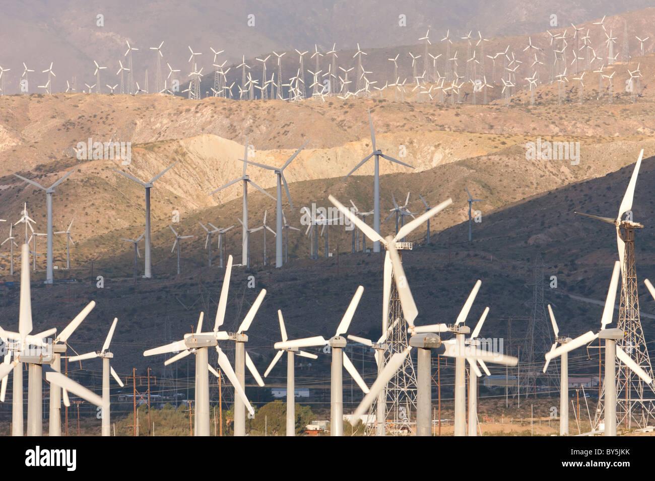 Windkraftanlagen zur Stromerzeugung auf dem San Gorgonio Pass Wind Farm mit Palm Springs, Kalifornien. Stockbild