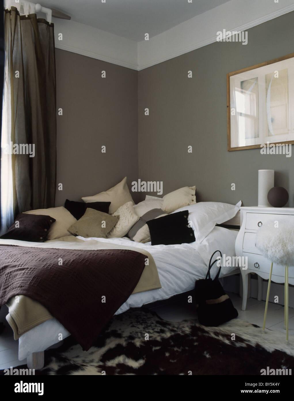 Creme Und Beige Kissen Auf Dem Bett Mit Weißen Bettwäsche In Dunklen Grauen  Reihenhaus Schlafzimmer