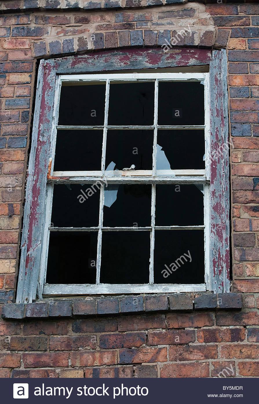 Alte Fensterrahmen mit Glasscherben und gebogenen Rahmen Stockfoto ...