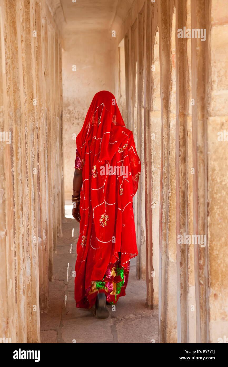 Frau trägt einen Sari Meherangarh Fort, Jodhpur, Rajasthan, Indien Stockbild