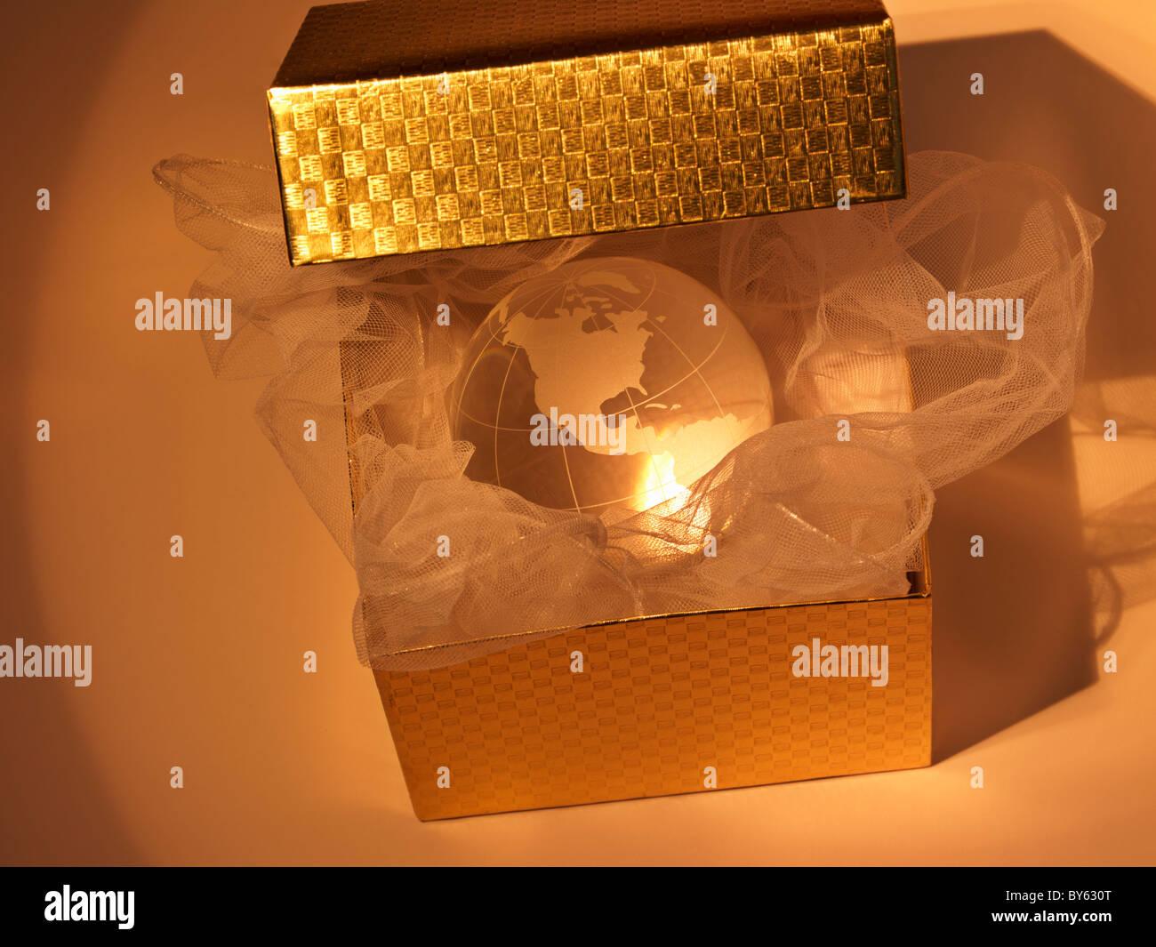 Kristall-Kugel der Erde in einer Geschenkbox geliefert Stockbild