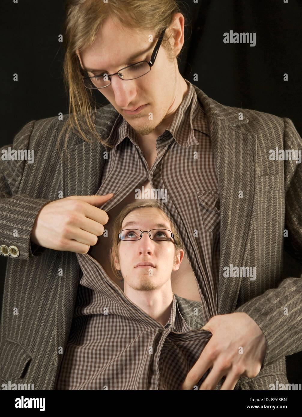 Mann Eröffnung Hemd enthüllt eine Vision von sich selbst Stockbild