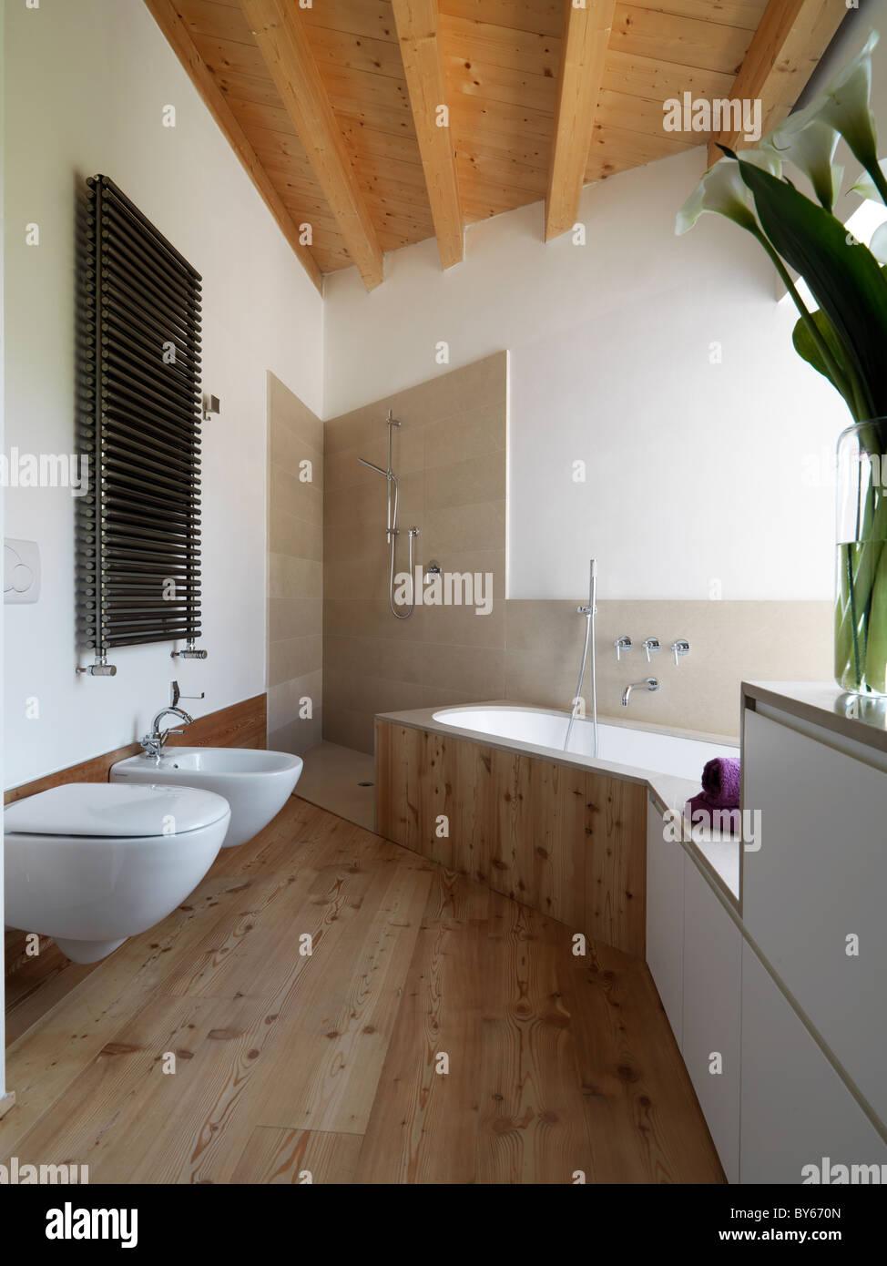 modernes Bad mit Holzboden und Badewanne Stockfoto, Bild ...