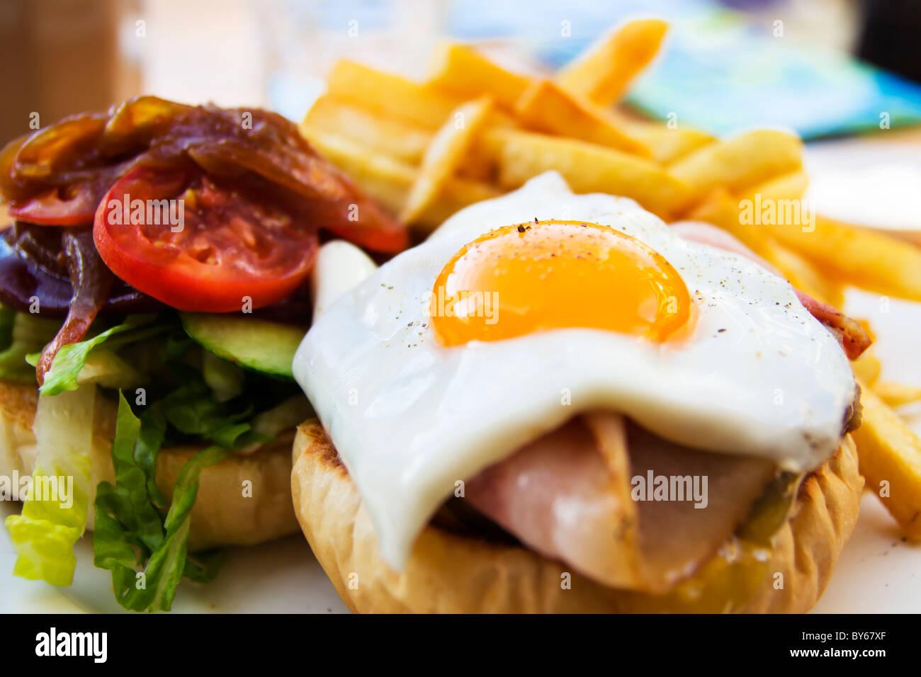 Wagyu-Beef-Burger mit Chips, Speck, Schinken, Ei und Gemüse Stockfoto