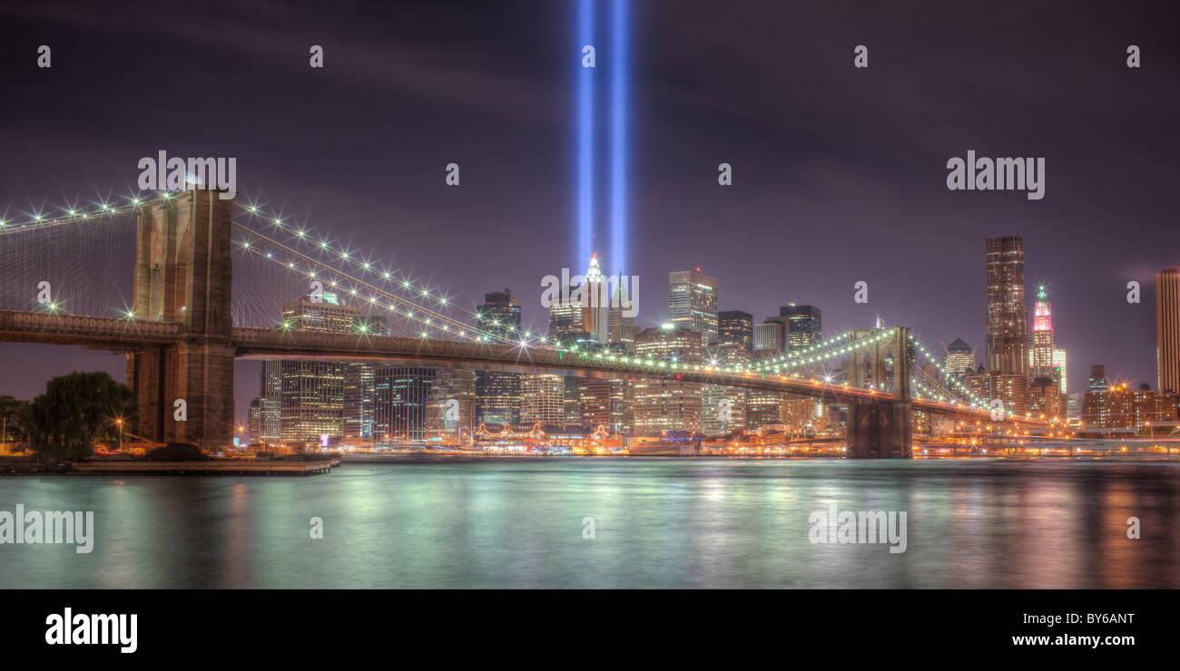 Die zwei Lichtstrahlen der Tribute in Light, eine Erinnerung an die Ereignisse des 11. September 2001, Leuchten Stockbild
