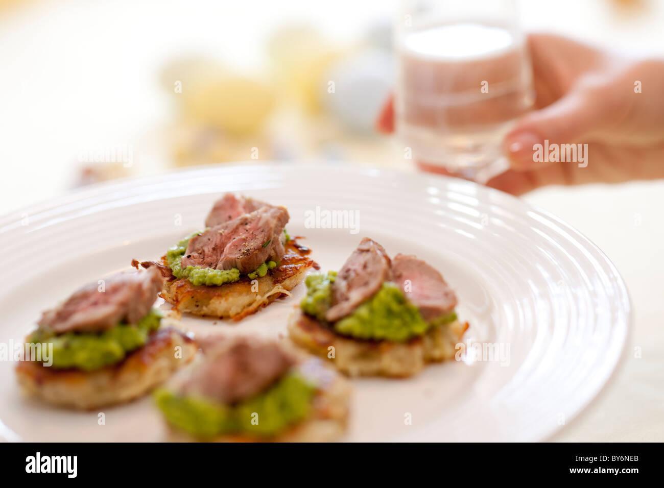 Ein Teller mit Lamm & Erbse Kanapees. Stockbild