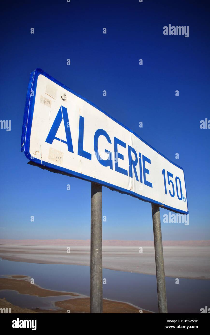 Ein Schild auf dem Weg nach Algerien in der Nähe von Tozeur, Tunesien Stockbild
