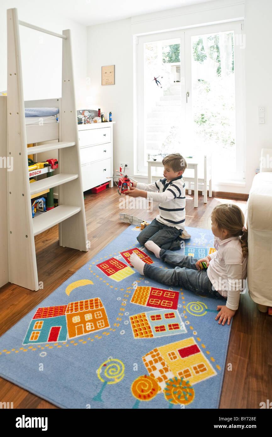 Zwei Kinder spielen im Kinderzimmer, Hamburg, Deutschland ...