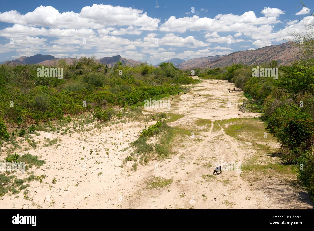 Ausgetrocknetes Flussbett und Blick auf die Landschaft in der Nähe von Daraina Vohemar Ambilobe unterwegs im Stockbild