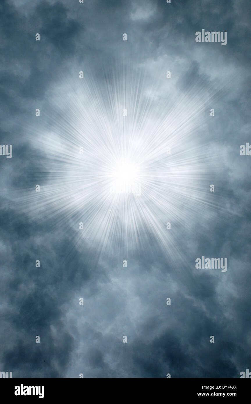 Göttliche Strahlen durch graue Wolken Stockbild