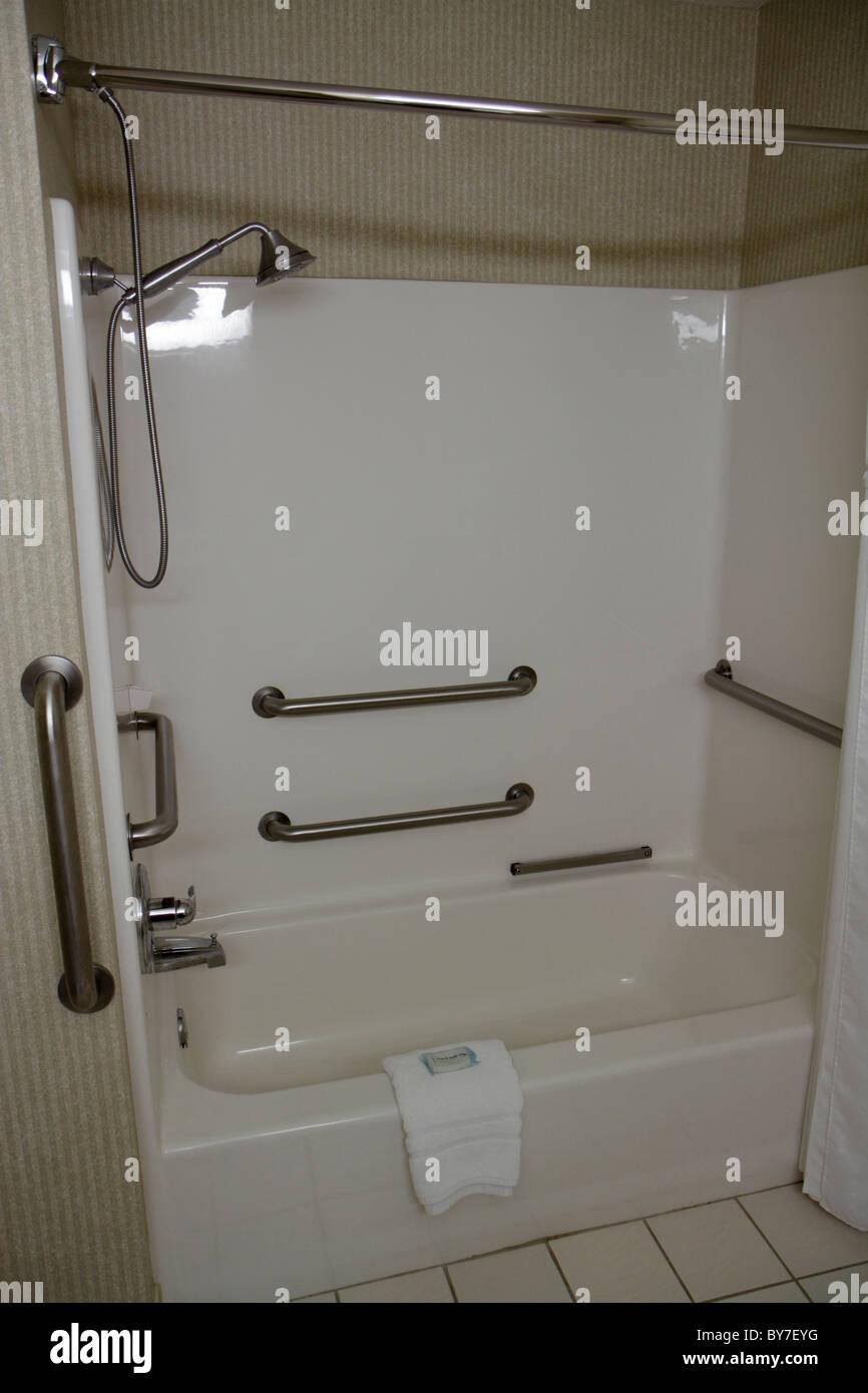 North Carolina Murphy Holiday Inn Express Hotel Bad Badewanne zugänglich ADA greifen Bars Schienen Handbrause Stockfoto