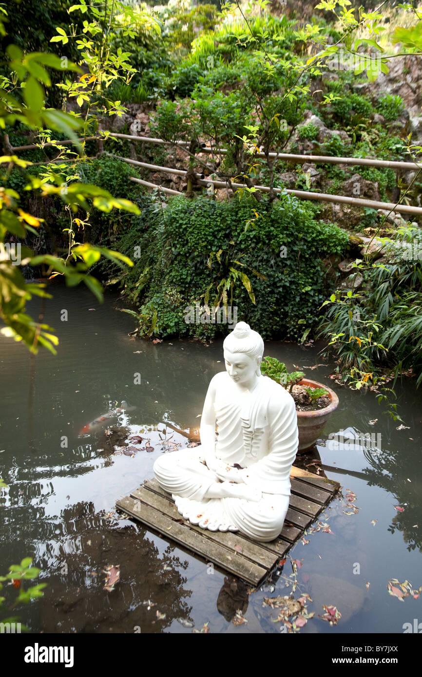 Botanischer Garten Italien Gardasee: Schwimmenden Weißen Stein Buddha Auf Einer Plattform In