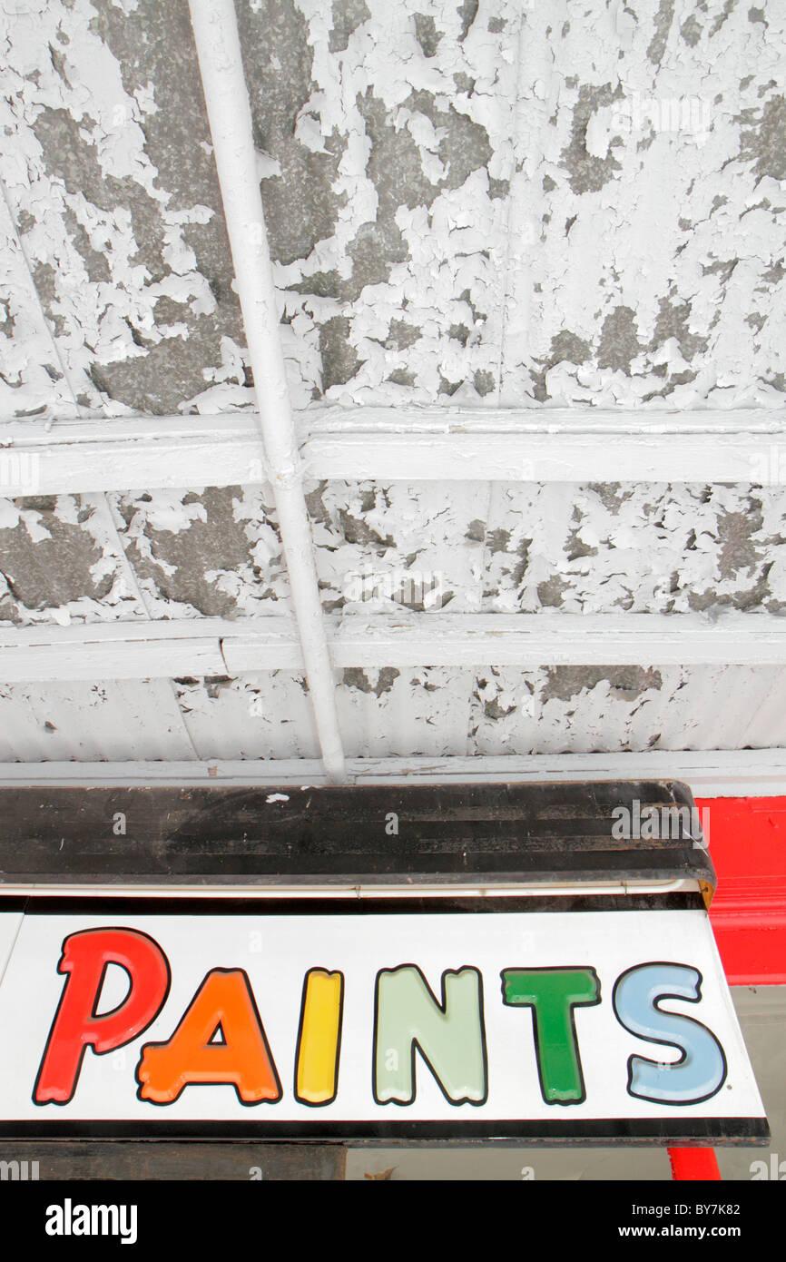 Tennessee Watertown zeichen Farben Farbe abgeplatzt Wand kontrast Ironie Stockbild