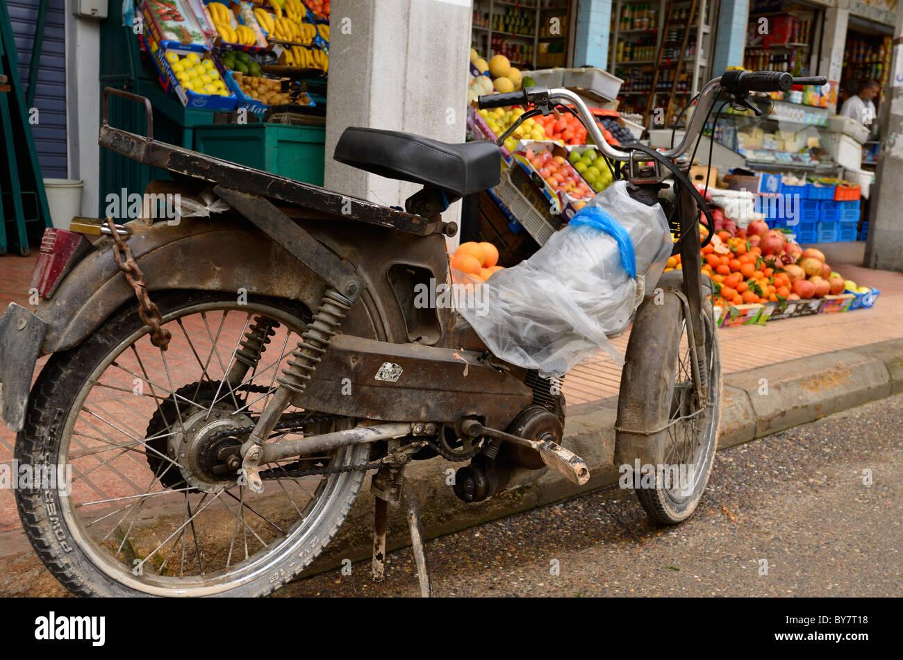 Altes Motorrad im Lebensmittelladen im Neuen Markt im Freien Casablanca Marokko geparkt Stockbild