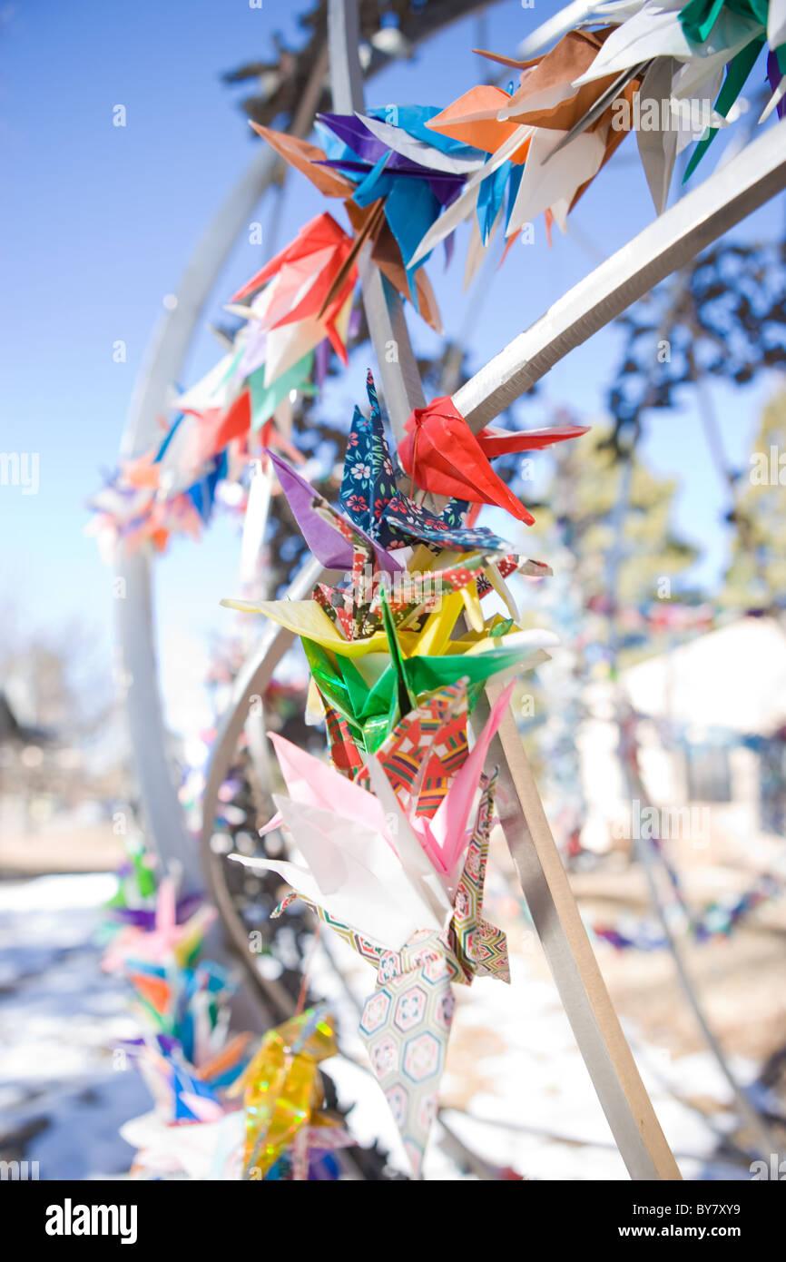 Japanische gefaltet Origami Kraniche aus Papier gebunden an Kinder Frieden Statue, New Mexico, USA in Erinnerung Stockbild