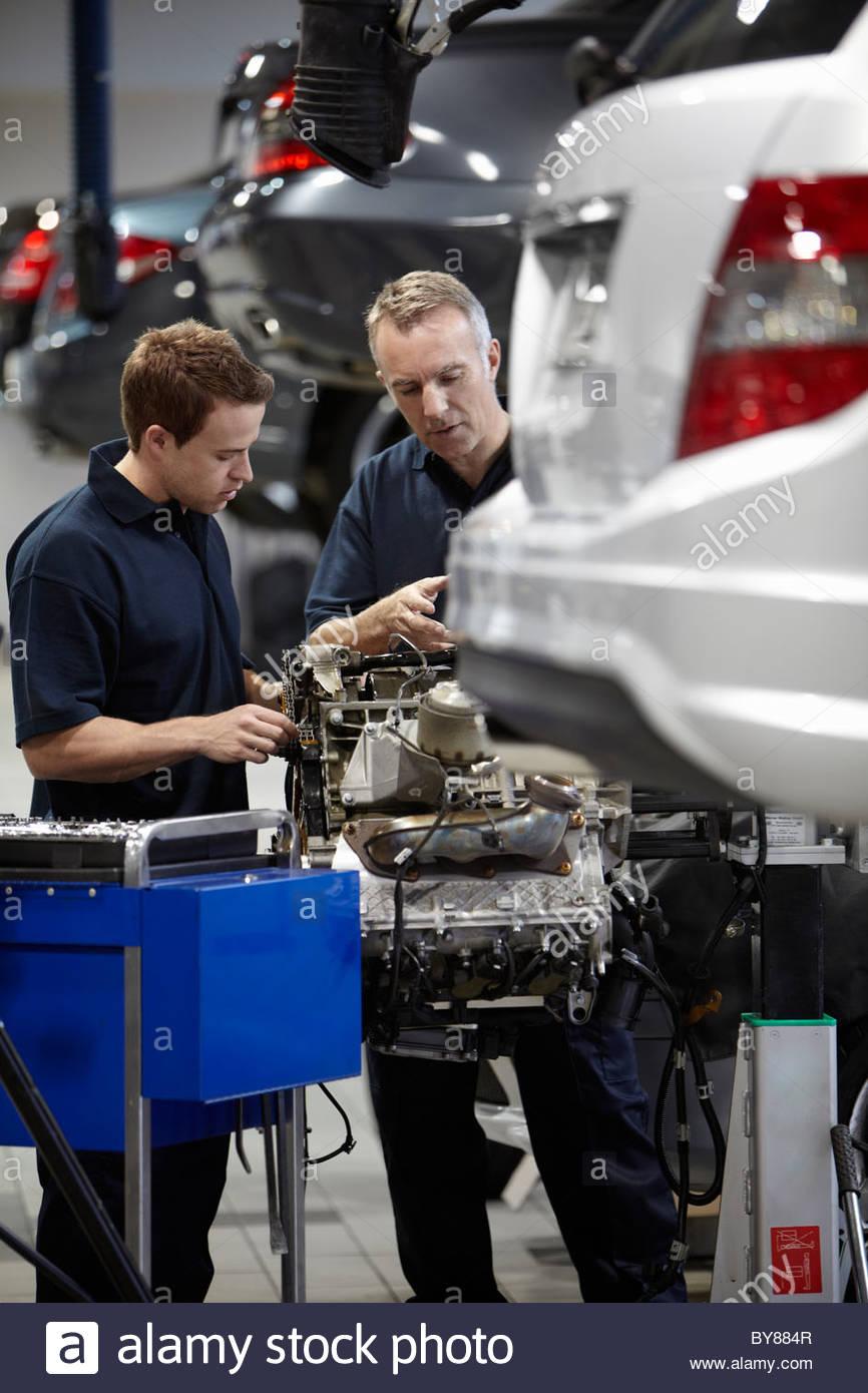 Mechaniker arbeiten am Motor in Auto-Werkstatt Stockfoto, Bild ...