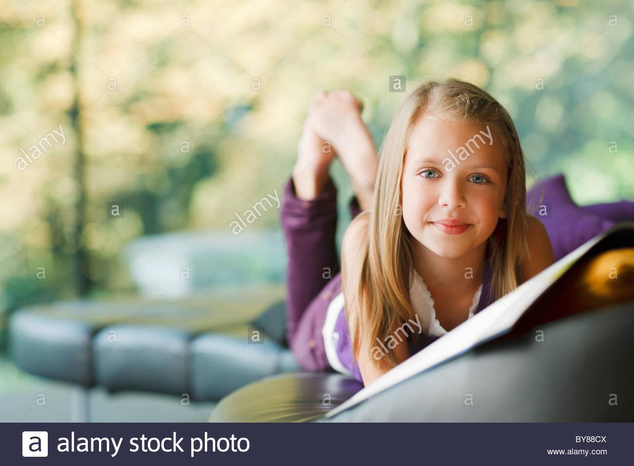 Mädchen zur Festlegung und Buch Stockbild
