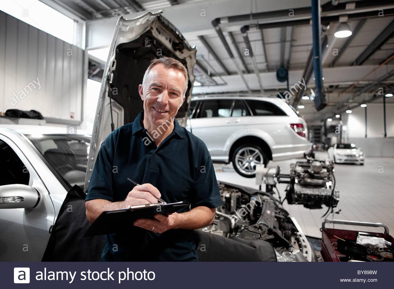 Mechaniker arbeiten in Autowerkstatt Stockbild
