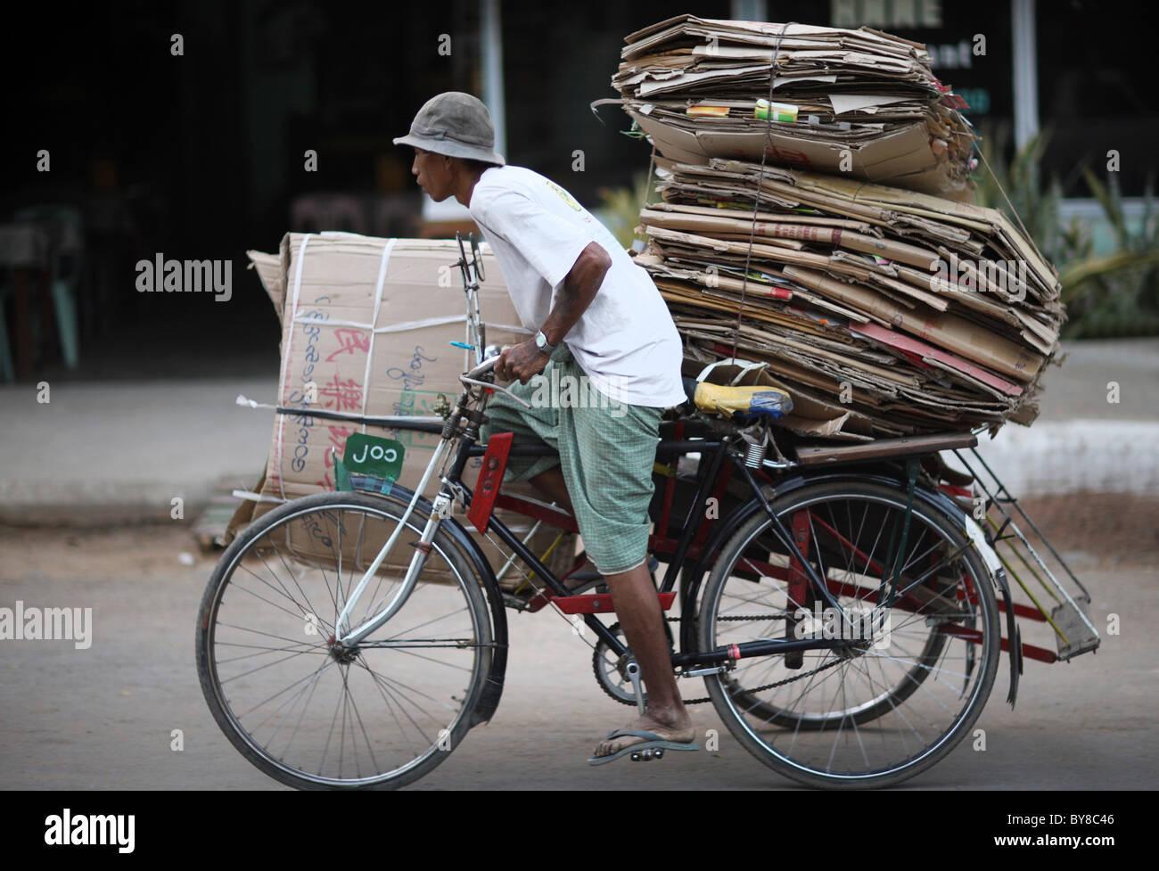 Burma, Birma, Myanmar, 20100223, Mann mit Altpapier Stockbild