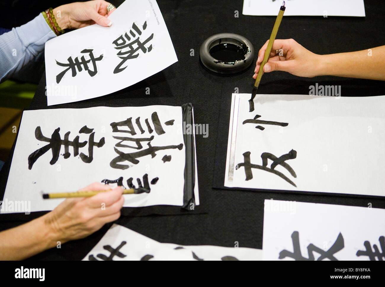 Studenten in eine Kalligraphie-Klasse. Stockfoto