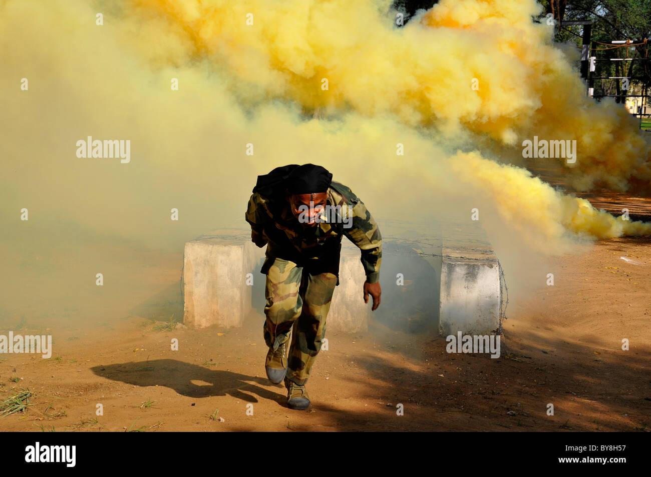 Eine indische Anti-Terror-Kommando aus Hindernis in einer rauchigen Atmosphäre Stockbild