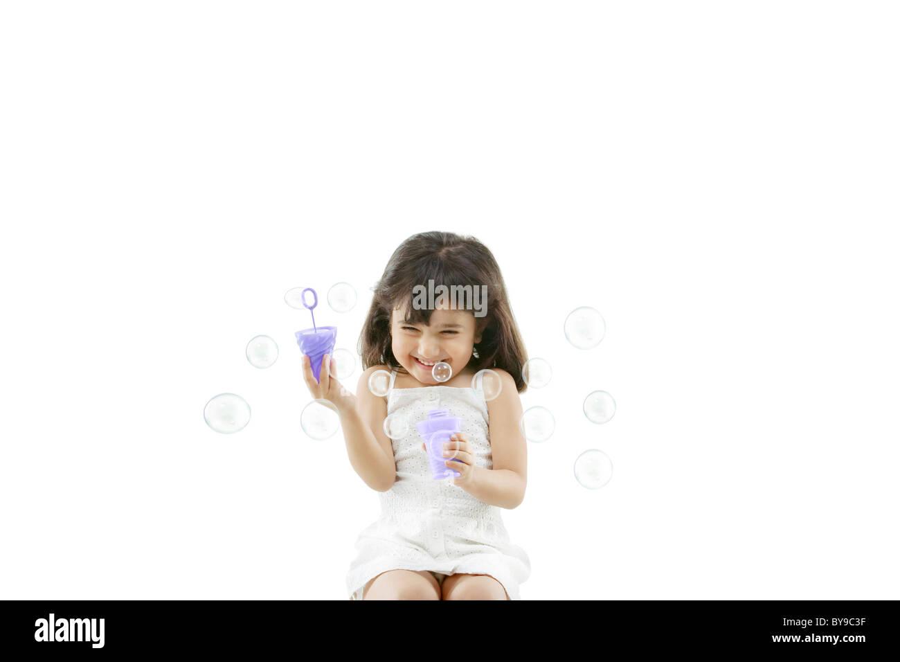 Mädchen bläst Luftblasen Stockbild
