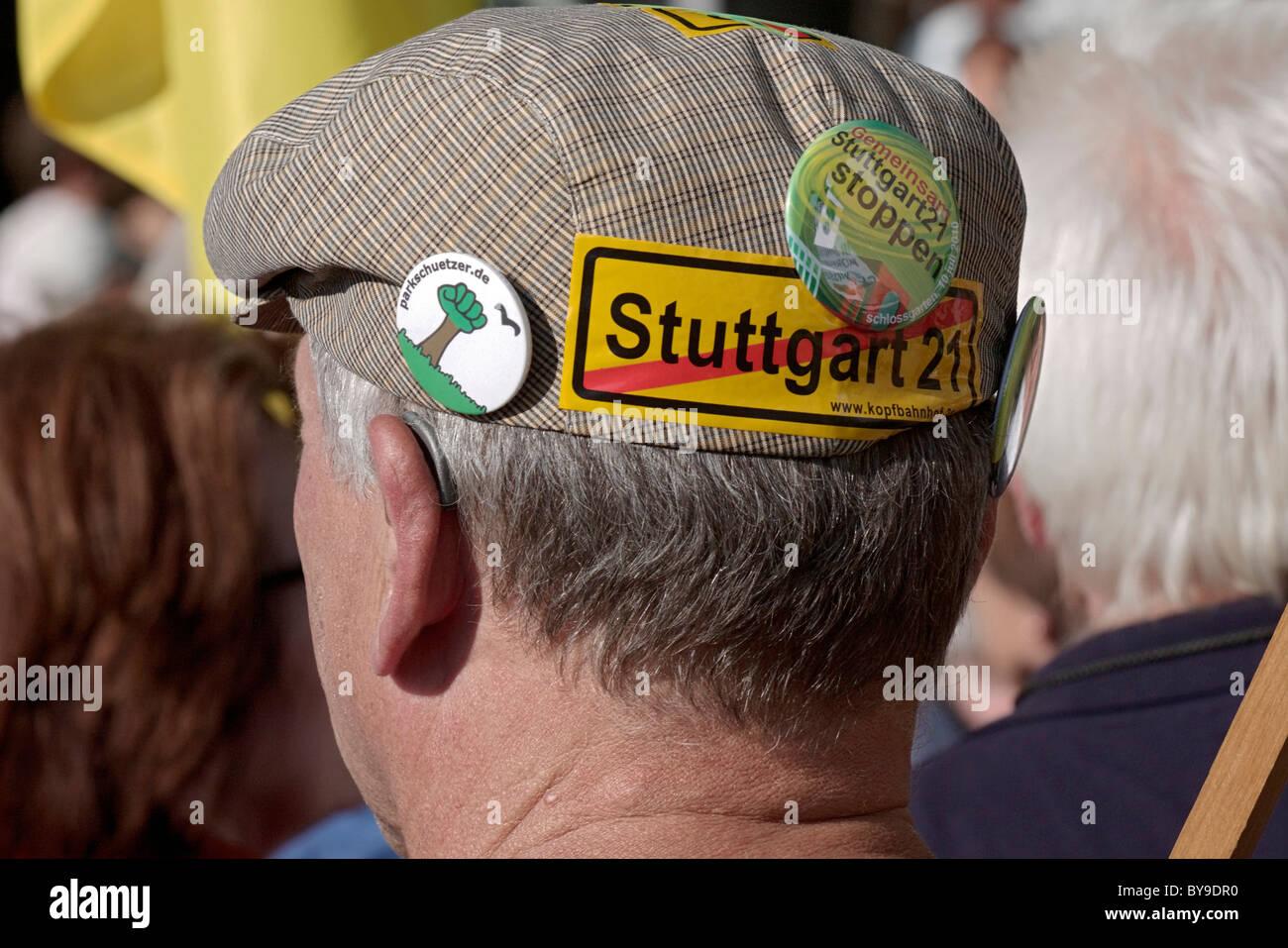 Demonstrant mit Buttons und Aufkleber gegen Stuttgart 21, die geplante Senkung des Hauptbahnhofs in Stockbild