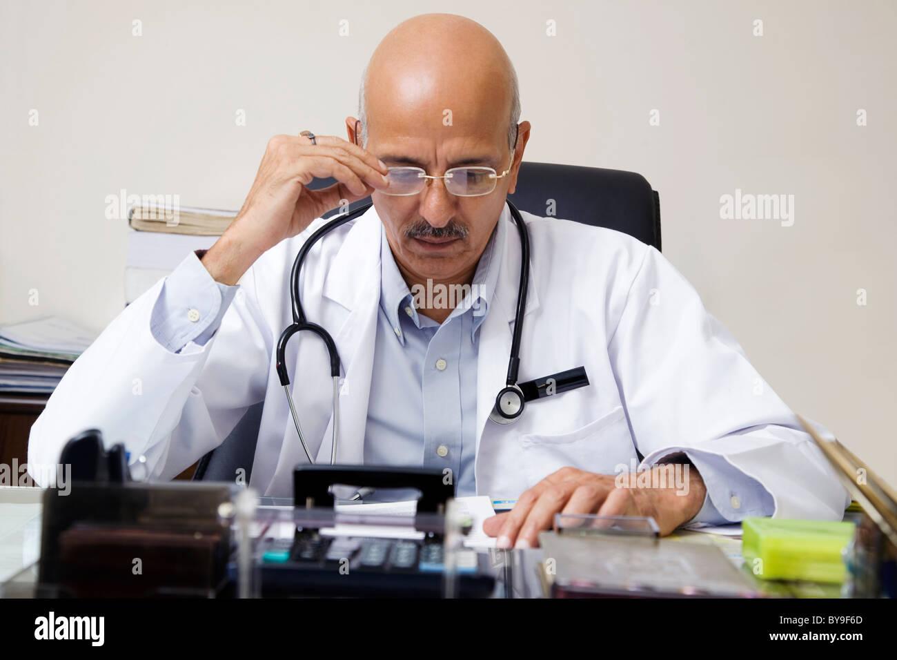 Arzt einen Bericht Stockbild