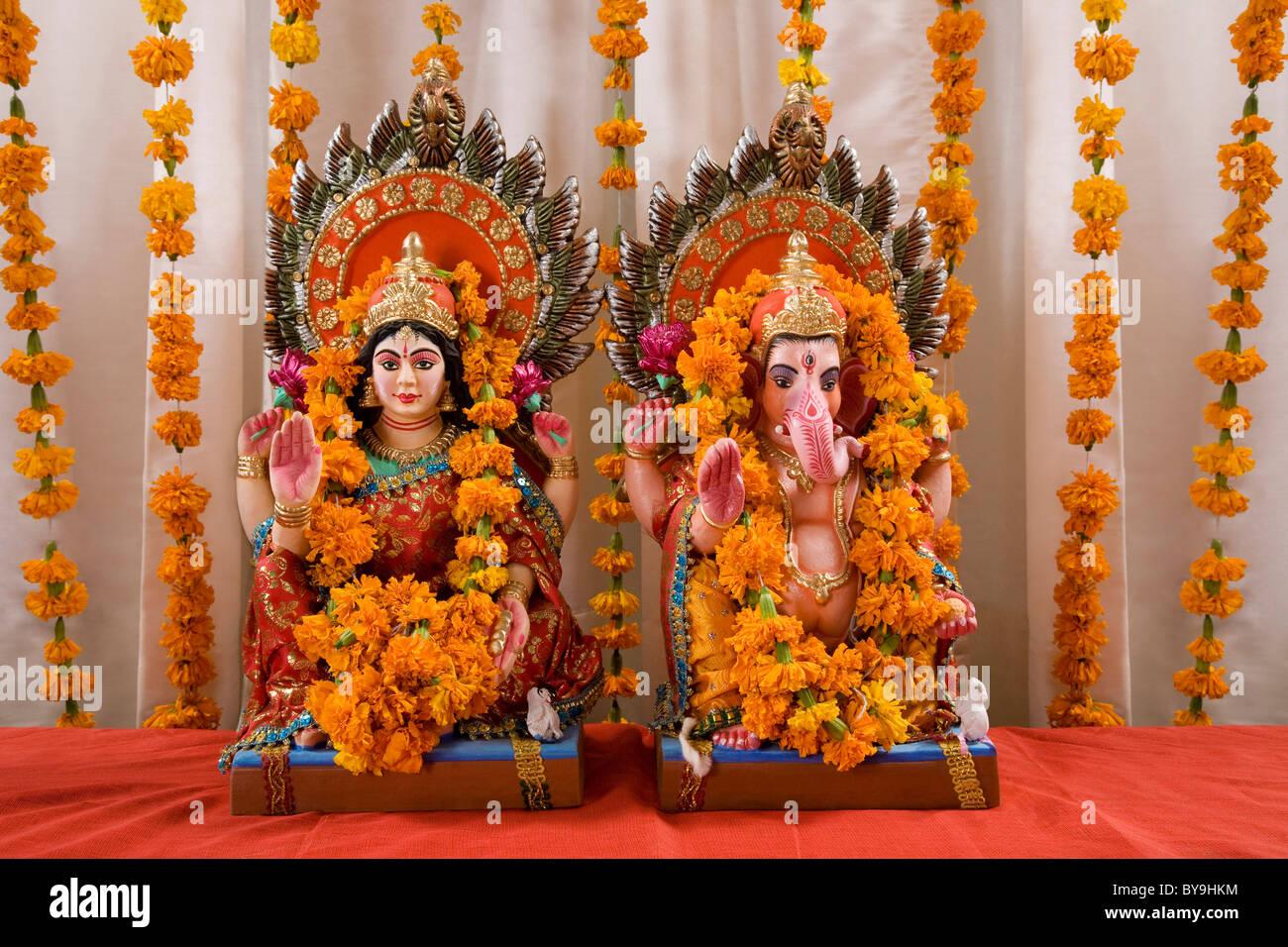 Ganesh Und Lakshmi Idole Stockfotografie Alamy