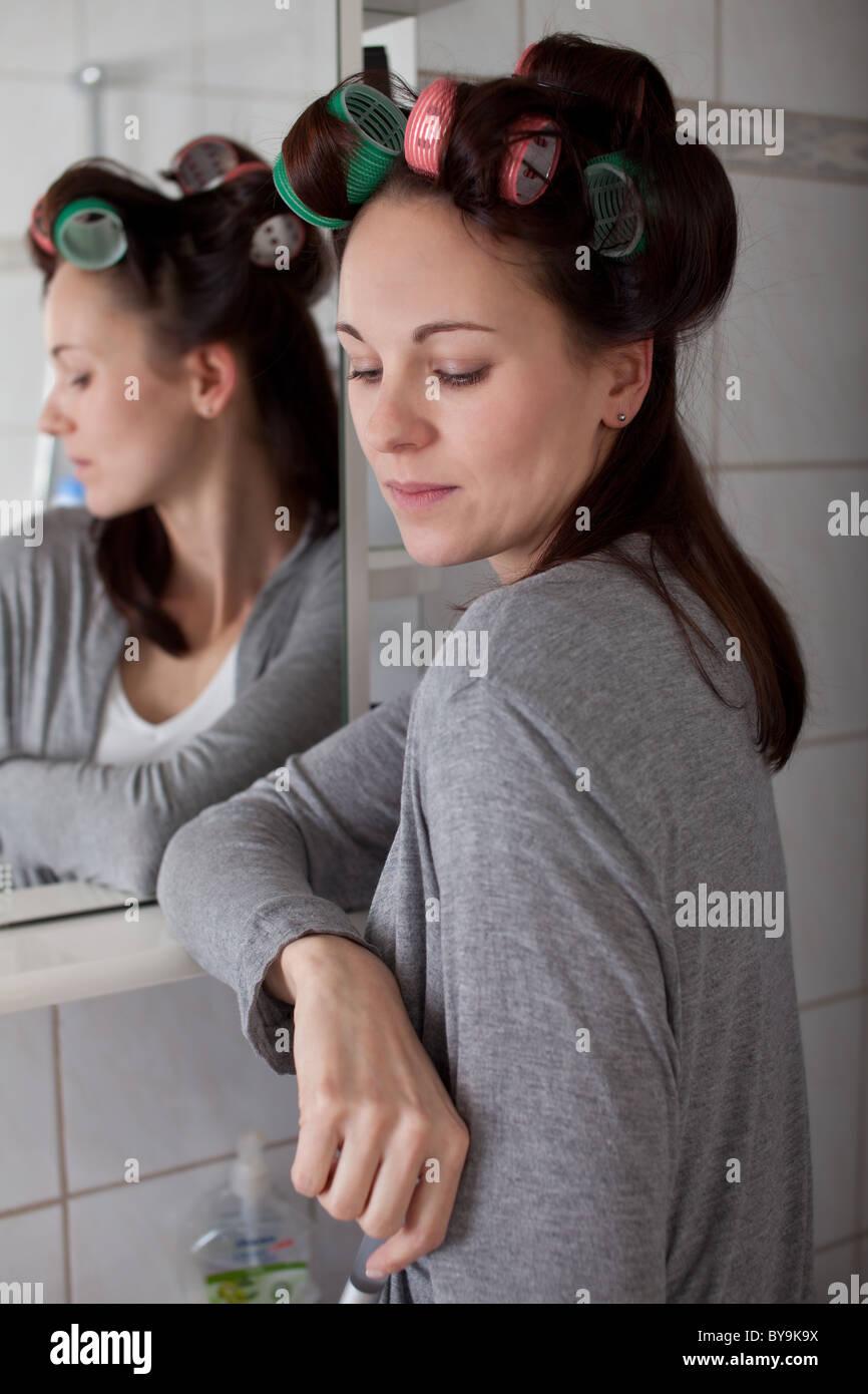 Frau mit Lockenwickler Stockfoto, Bild: 34018822 - Alamy