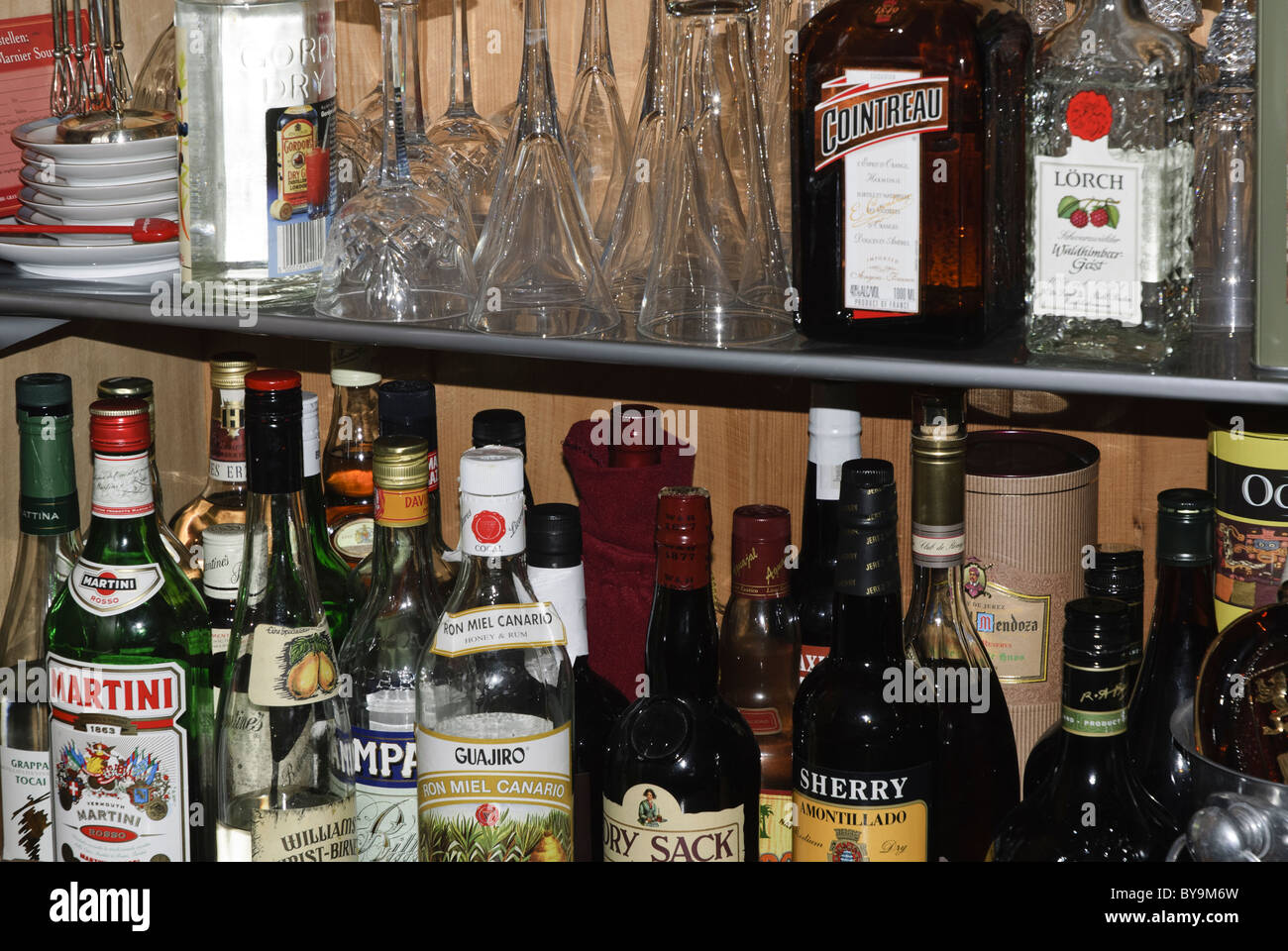 Alkohol Bar Schrank Gläser Und Getränke Flaschen Stockfoto