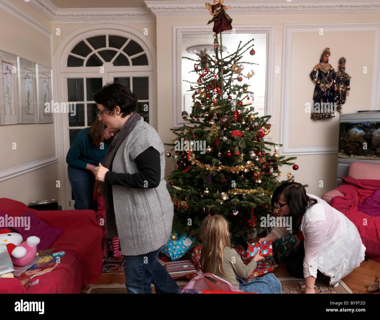 Weihnachtsbaum England.Familie Am Weihnachtstag öffnung Geschenke Rund Um Den